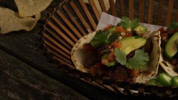 Foto giratoria de deliciosos tacos sobre una superficie de madera - barbacoa 139
