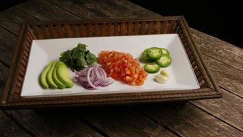 colpo rotante di bellissime verdure fresche su una superficie di legno - barbecue 113