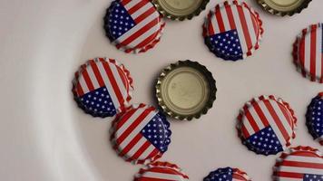 foto rotativa de tampas de garrafa com a bandeira americana impressa nelas - tampas de garrafa 002