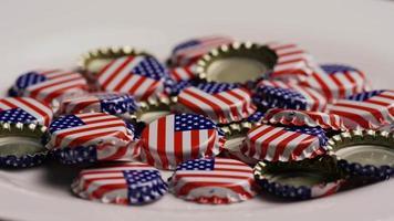 foto rotativa de tampas de garrafa com a bandeira americana impressa nelas - tampas de garrafa 039