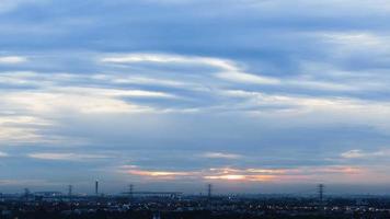 nascer do sol e céu azul nublado