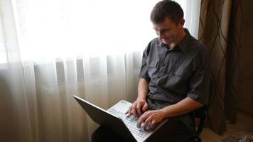 homem jogando em um laptop