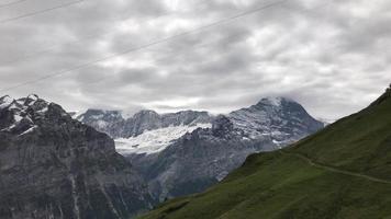 Vista desde el teleférico en movimiento en Grindelwald, Suiza