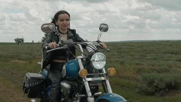 Frau fährt Motorrad
