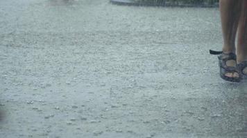 chuva torrencial e pessoas correndo