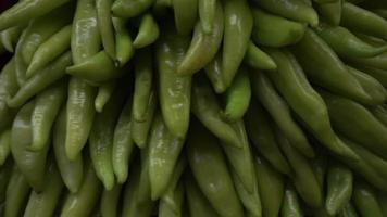uma pilha de pimenta verde madura video