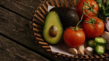 colpo rotante di bellissime verdure fresche su una superficie di legno - barbecue 119