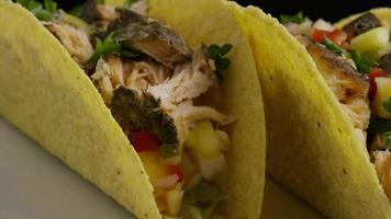 Foto giratoria de deliciosos tacos de pescado - comida 009