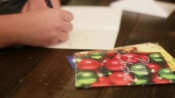 cartão de natal sendo escrito na mesa