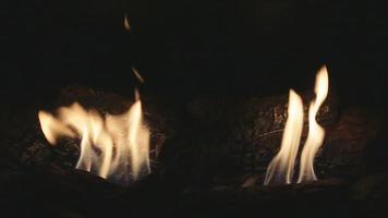 una chimenea de gas con llamas danzantes video