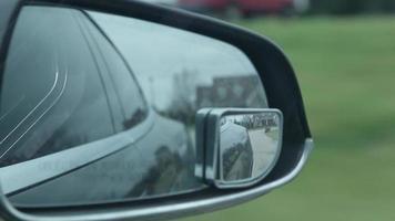 perspectiva de conducción desde el espejo del lado del pasajero