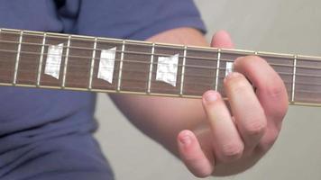 braço da guitarra tocando de perto em 4k video
