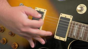 dedos recogiendo una guitarra en 4k video