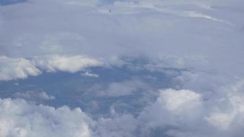céu nublado com terra abaixo de 4k video