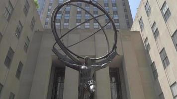 Edificio rockefeller con la estatua del atlas 4k