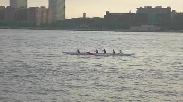 equipe de remo na água ao pôr do sol 4k
