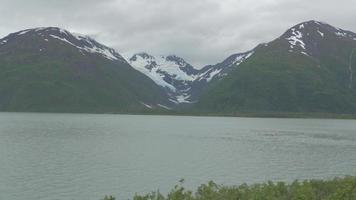 un lago se encuentra debajo de un glaciar helado en alaska 4k