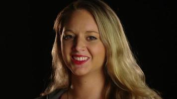 close-up de mulher feliz sorrindo