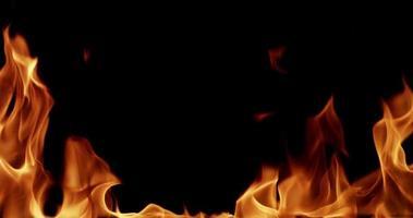 clip di fuoco indoor in studio per argomenti di fisica e chimica al rallentatore 4K