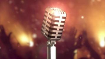retro microfoon podium. close-up vintage microfoon op het podium. oude microfoon op lichte achtergrond