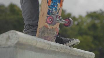 Cerca de ruedas de patineta y pies de hombre