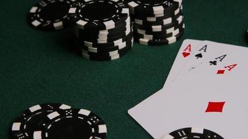 tiro giratório de cartas de pôquer e fichas de pôquer em uma superfície de feltro verde - pôquer 007 video