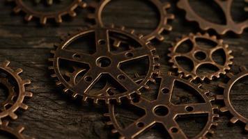 girato stock footage rotante di quadranti di orologi antichi e stagionati - quadranti 037