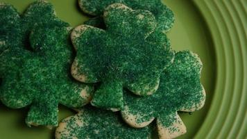 ripresa cinematografica e rotante dei biscotti del giorno di San Patrizio su un piatto - cookies st patty 018