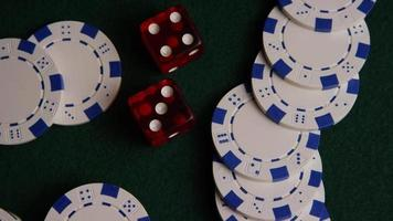 Disparo giratorio de cartas de póquer y fichas de póquer sobre una superficie de fieltro verde - Poker 033