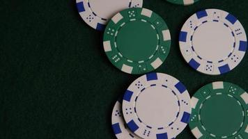 tiro giratório de cartas de pôquer e fichas de pôquer em uma superfície de feltro verde - pôquer 041 video