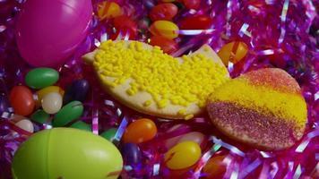 Colpo cinematografico e rotante di biscotti pasquali su un piatto - biscotti pasquali 021