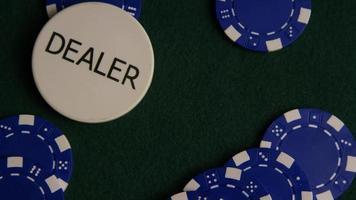 tiro giratório de cartas de pôquer e fichas de pôquer em uma superfície de feltro verde - pôquer 036 video