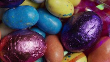 Foto giratoria de coloridos dulces de Pascua sobre un lecho de pasto de Pascua - Pascua 166