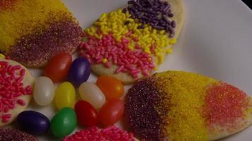 foto cinematográfica e giratória de biscoitos de páscoa em um prato - biscoitos de páscoa 016