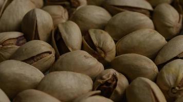Tir cinématique et rotatif de pistaches sur une surface blanche - pistaches 018