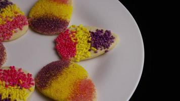 filme cinematográfico giratório de biscoitos de páscoa em um prato - biscoitos de páscoa 007