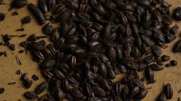 colpo rotante di orzo e altri ingredienti per la produzione di birra - produzione di birra 144