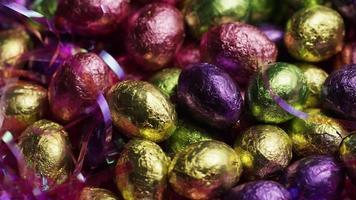 foto rotativa de doces de páscoa coloridos em uma cama de grama de páscoa - páscoa 239