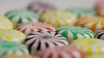 Foto giratoria de una colorida mezcla de varios caramelos duros - caramelo mezclado 030