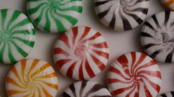 foto rotativa de uma mistura colorida de vários doces duros - doces misturados 008 video