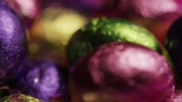 Foto giratoria de coloridos dulces de Pascua sobre un lecho de pasto de Pascua - Pascua 253