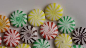 foto rotativa de uma mistura colorida de vários doces duros - doces misturados 003 video
