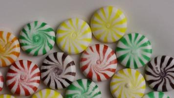 colpo rotante di un mix colorato di varie caramelle dure - caramelle miste 003