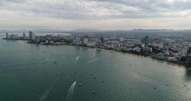 Vue aérienne survolant la plage de Pattaya en Thaïlande