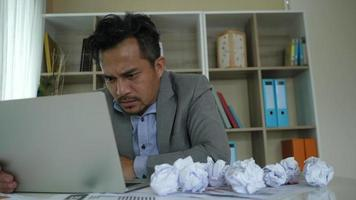 empresário cansado sentado entediado depois de dias difíceis com no escritório video
