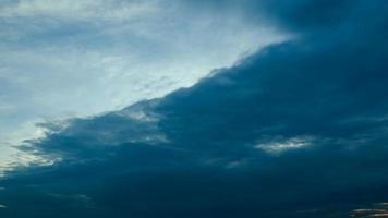 lapso de tiempo amanecer nublado cielo azul y amarillo