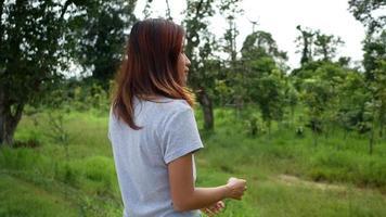 mulher sozinha no parque