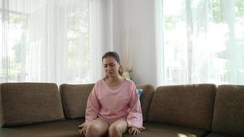 mulher triste sentada sozinha em um sofá na sala de estar video