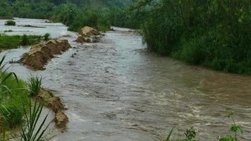 La peligrosa inundación repentina del agua cae en la temporada de lluvias. video
