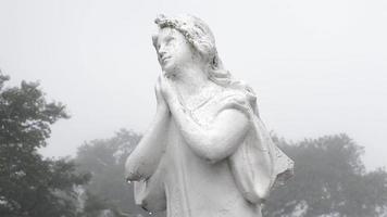 statue de cimetière avec brouillard